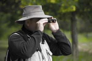 homme jumelles 300x201 Naturapass : le bilan de 2 années dutilisation pour la FDC77